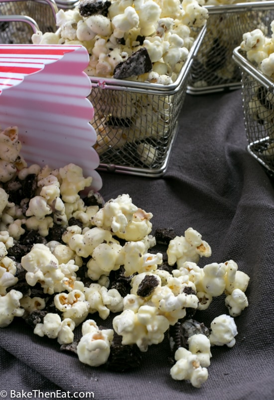 Homemade Cookies n Cream Popcorn all portioned out for a party | BakeThenEat.com